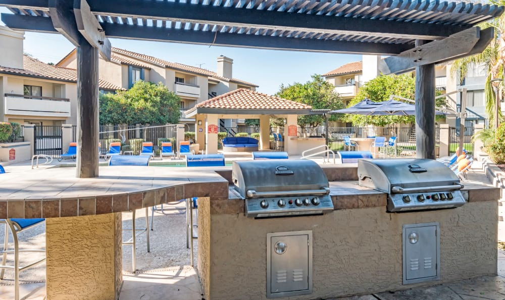 Outdoor BBQ grills and more at Elliot's Crossing Apartment Homes in Tempe