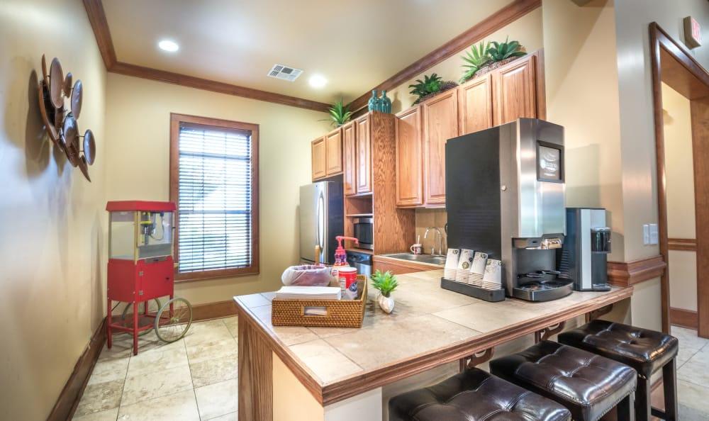 The Atlantic Stonebriar offers a kitchen with a breakfast bar in The Colony, Texas