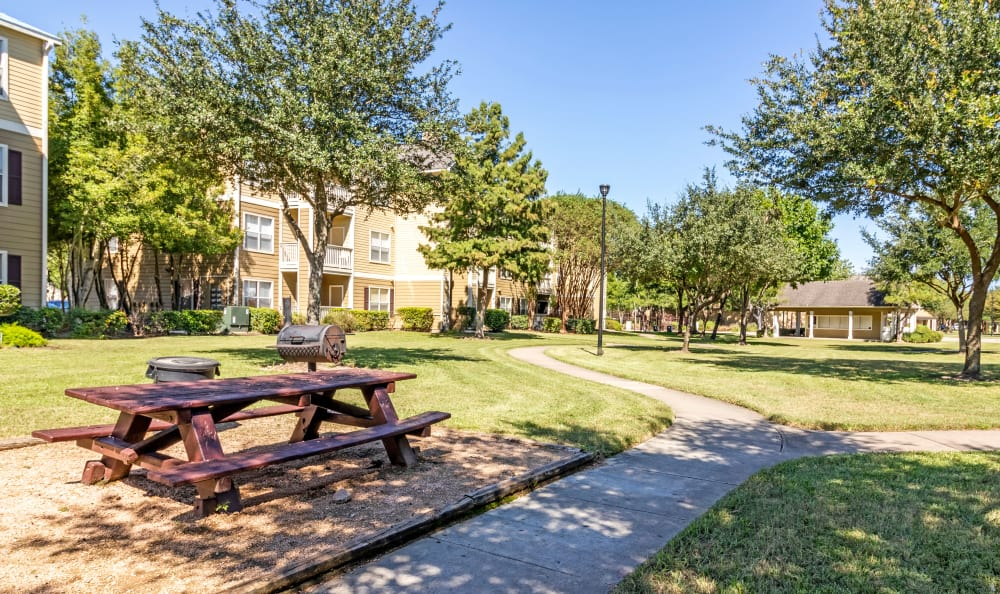 Resident picnic area at Kenwood Club at the Park in Katy, TX