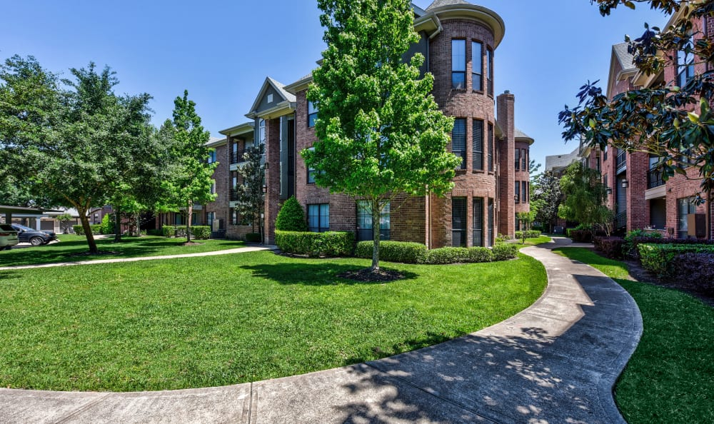Immaculate landscaping and winding pathways at San Paloma Apartments in Houston, Texas