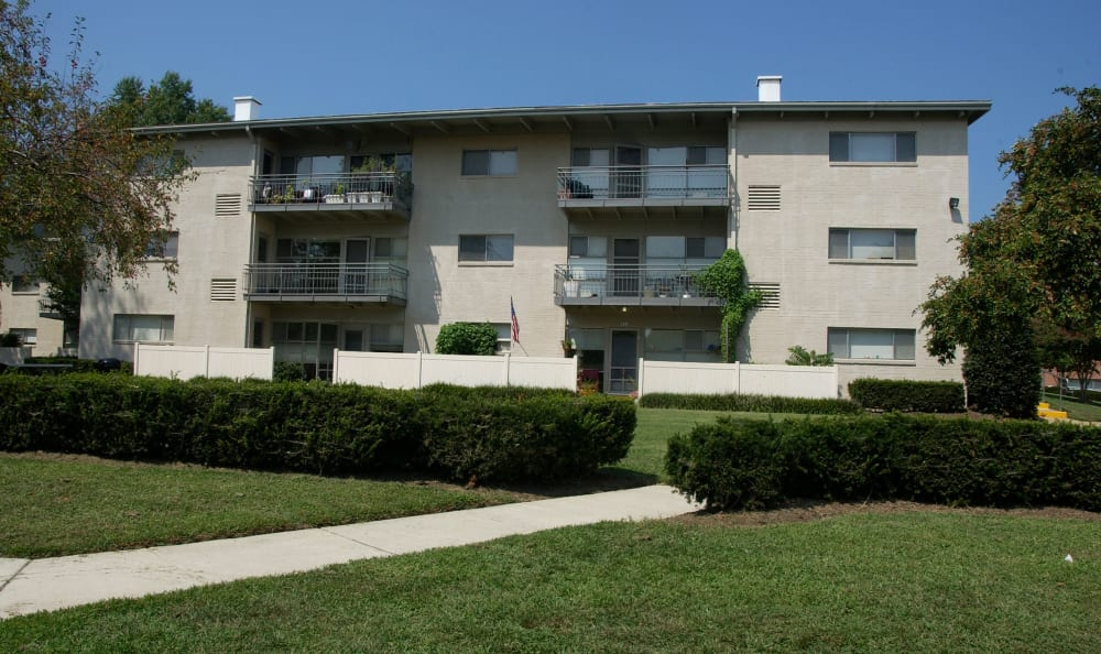 Exterior view of resident buildings and green landscape at Watergate Pointe in Annapolis, Maryland