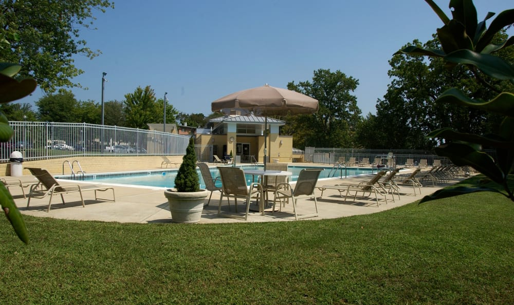 Shaded seating and green grass near the pool at Watergate Pointe in Annapolis, Maryland