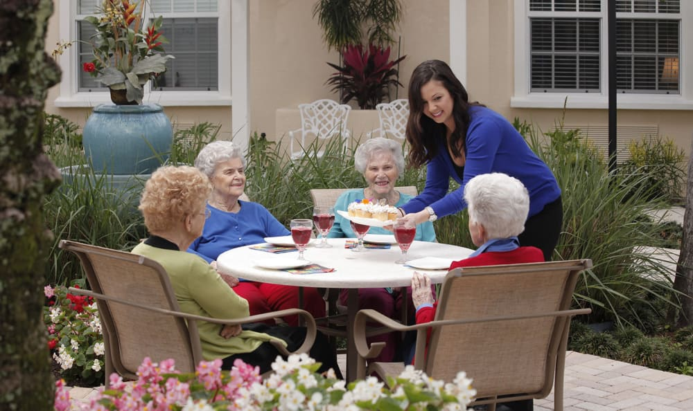 Residents enjoying dining outside at Tequesta Terrace in Tequesta, Florida