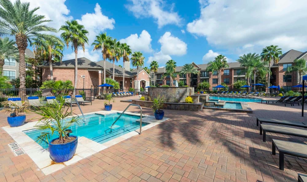San Paloma Apartments offers a jacuzzi