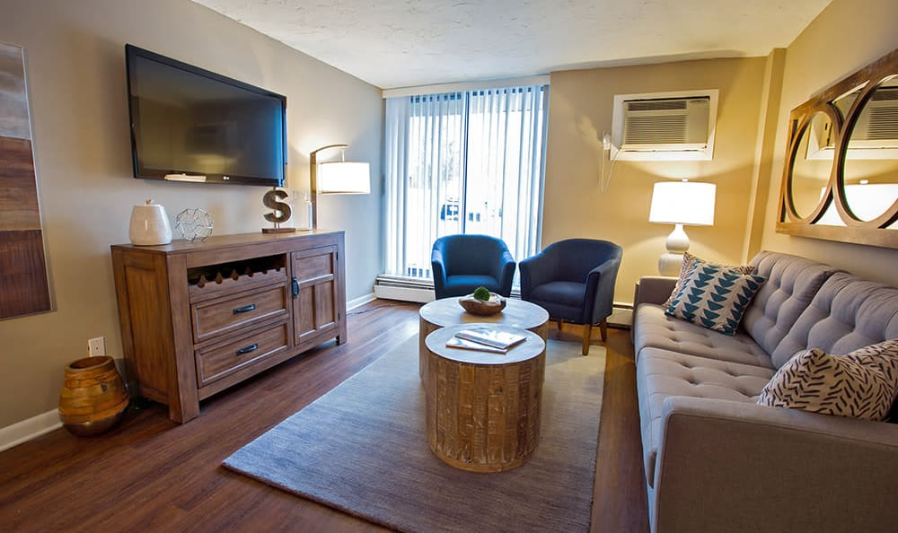 Living room at Solon Club Apartments in Oakwood Village, Ohio