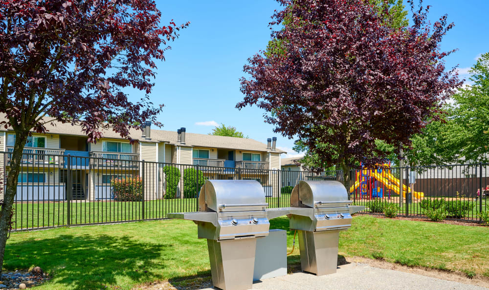 Community barbecue area at Arbor Chase Apartment Homes in Kent, WA