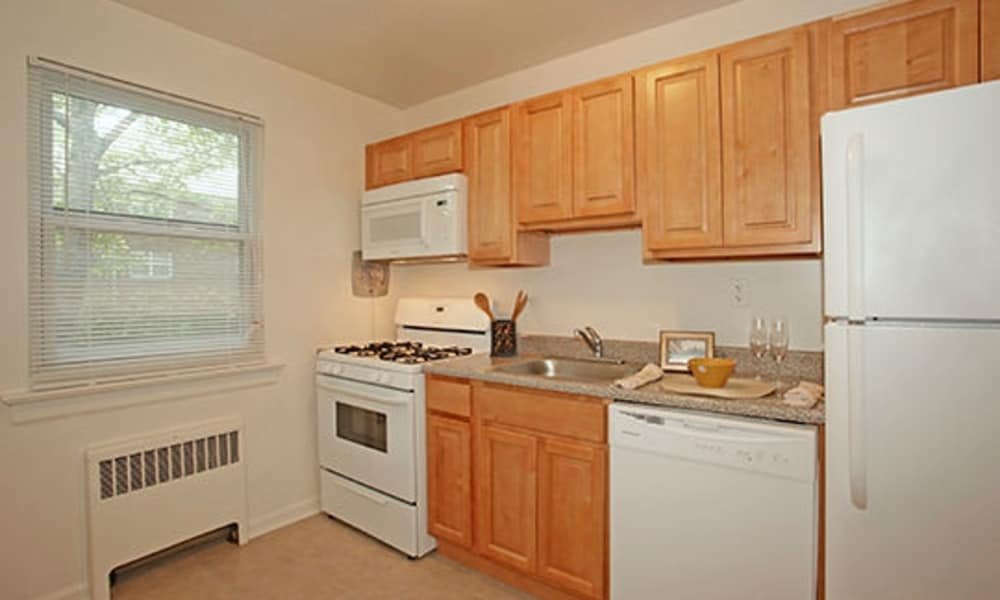 Duncan Hill Apartments & Townhomes offers a beautiful kitchen in Westfield, New Jersey