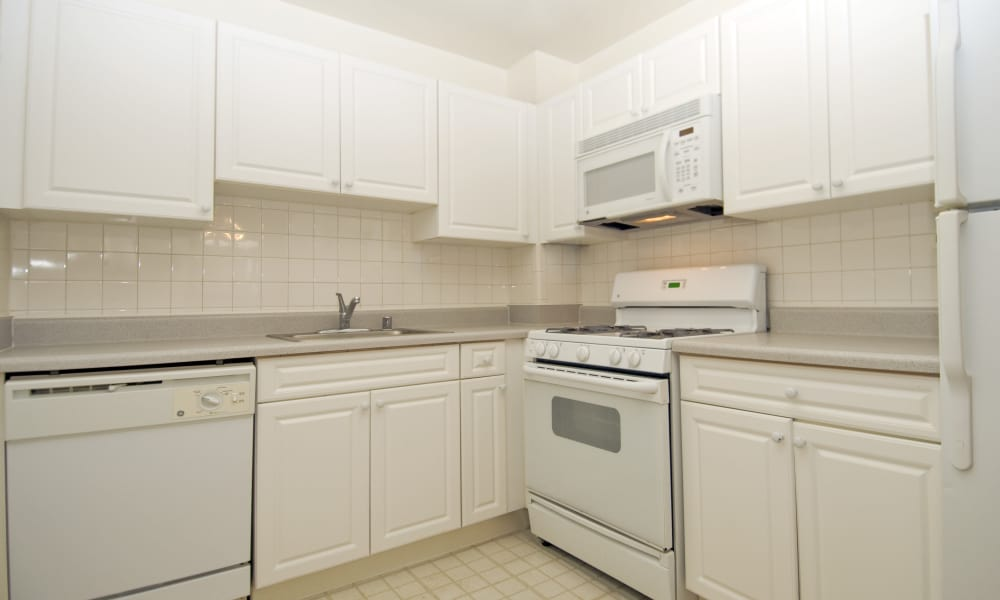 Willow Run at Mark Center Apartment Homes offers a kitchen in Alexandria, VA