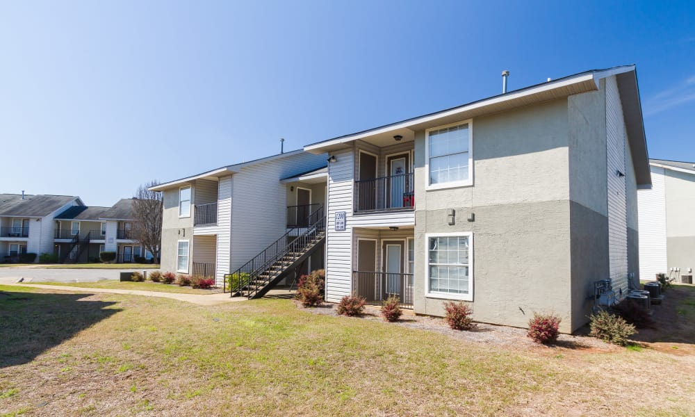 Exterior view of apartments at Castlegate Commons Apartments in Bonaire, GA
