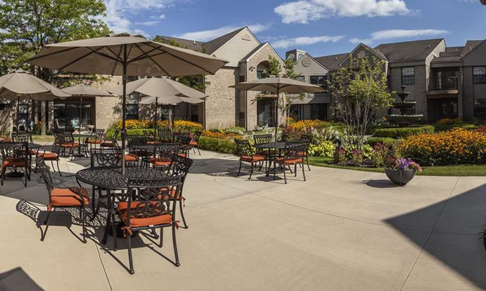 Rochester Hills, MI independent living facility with a large patio