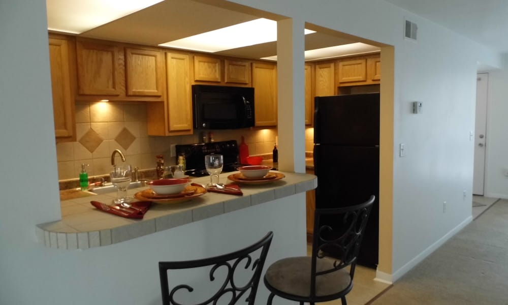 Eagles Pointe Townhomes offers a kitchen with breakfast bar in Liverpool, NY