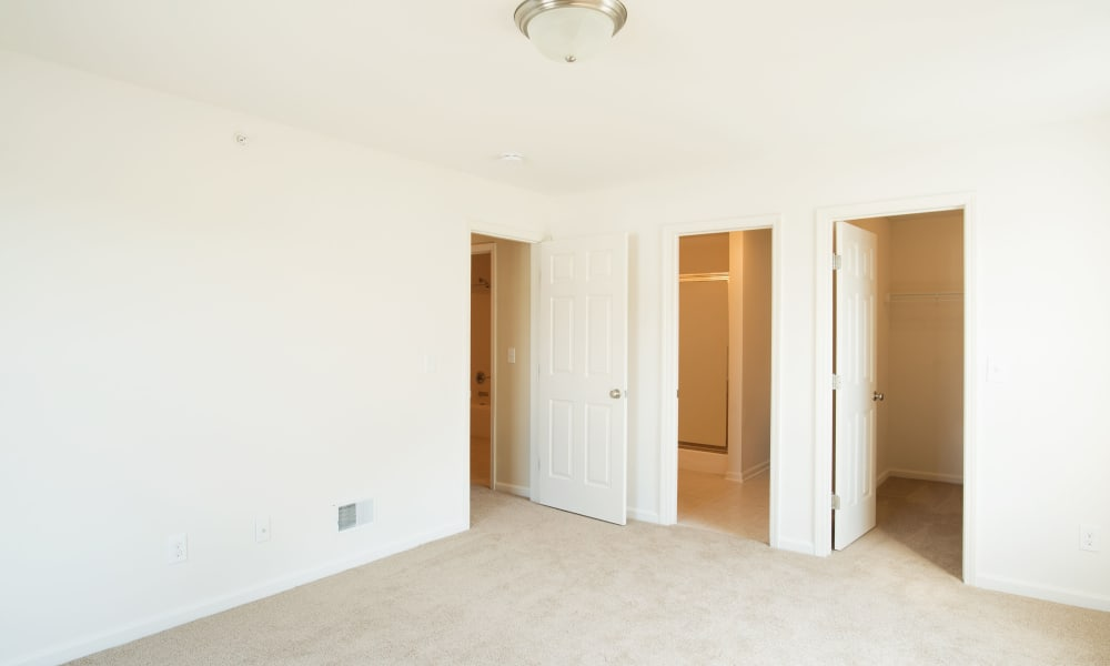 Kendall Square Apartments offers a bedroom with bathroom and closet in Delmar, NY