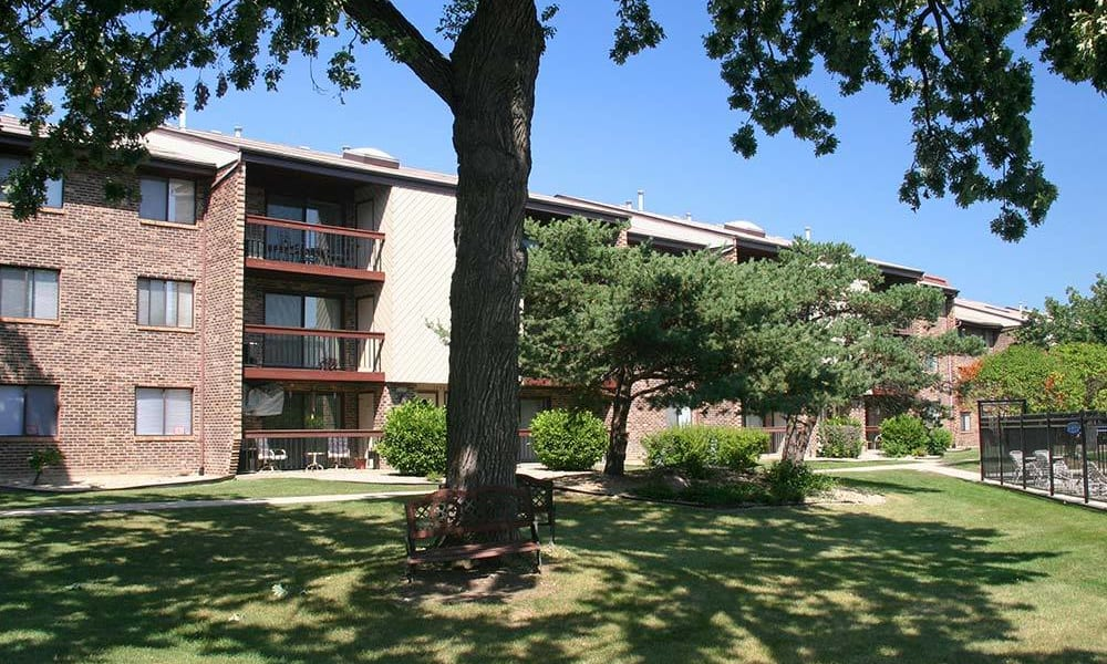 Courtyards with seats at Rustic Oaks in Oak Forest, IL