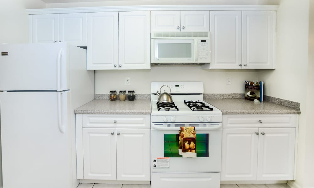 The Horizons at Franklin Lakes Apartment Homes offers a kitchen in Franklin Lakes, NJ