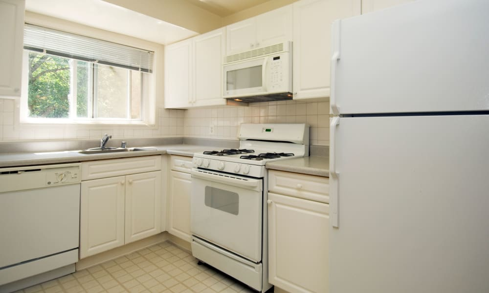 Lynbrook at Mark Center Apartment Homes offers a kitchen in Alexandria, VA