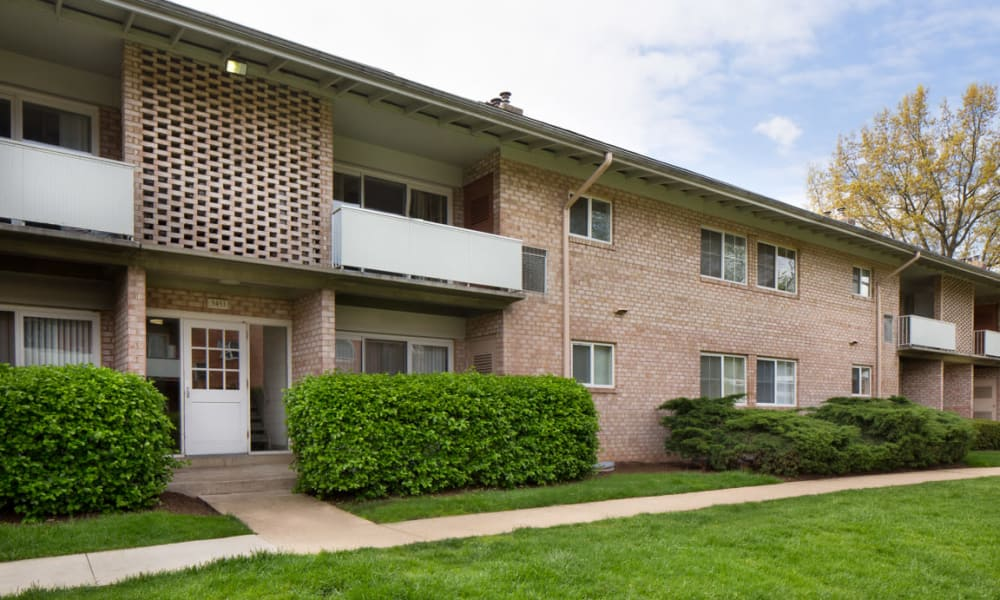 Beautifully landscaped grounds at Lynbrook at Mark Center Apartment Homes