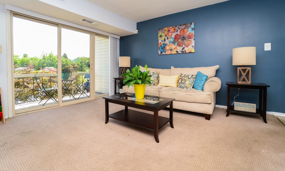 Ross Ridge Apartment Homes offers a spacious living room in Baltimore, MD