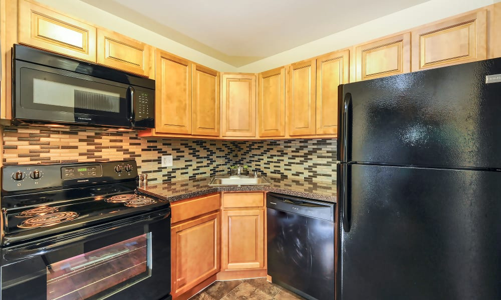 Towson Crossing Apartment Homes offers a modern kitchen in Baltimore, MD