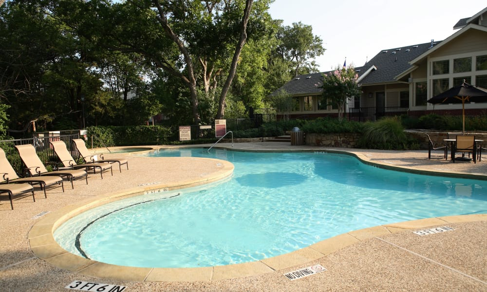 A swimming pool that is great for entertaining at The Woods in Dallas, Texas