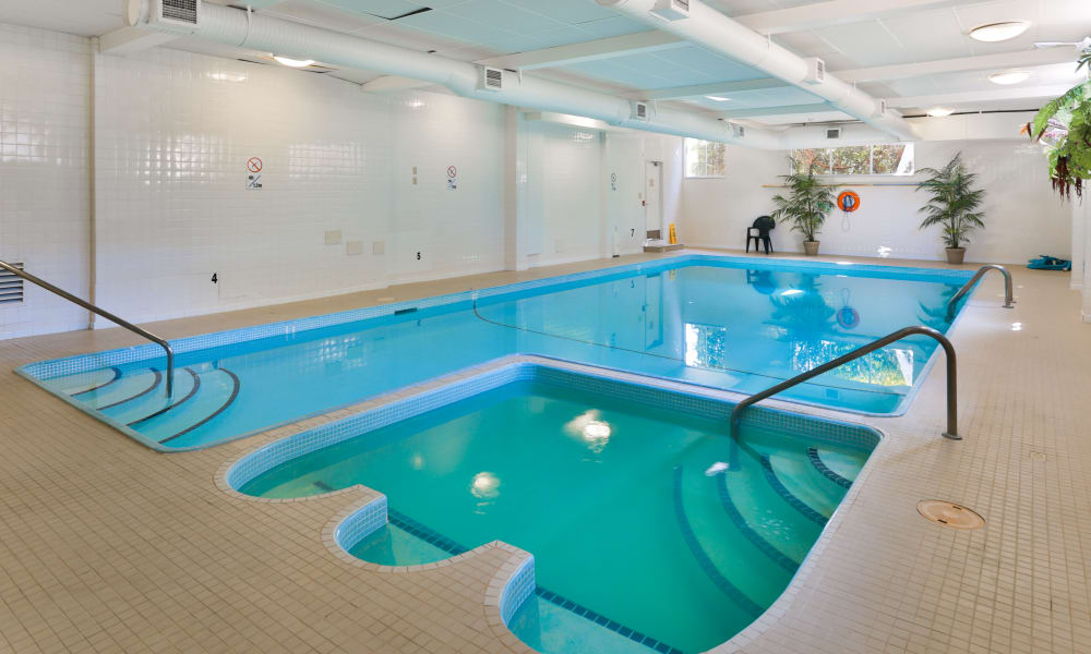 Fraser Tolmie Apartments offers a swimming pool in Saanich, BC