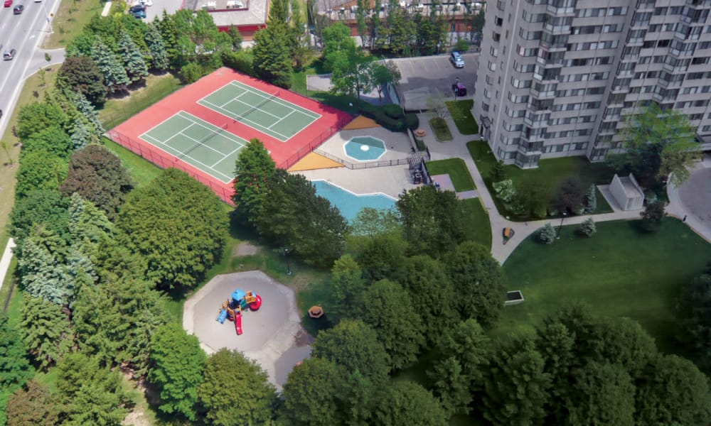 Aerial view of tennis court and other outdoor community amenities at 8 Silver Maple Court in Brampton, ON