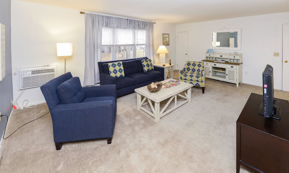Living room at Eatoncrest Apartment Homes