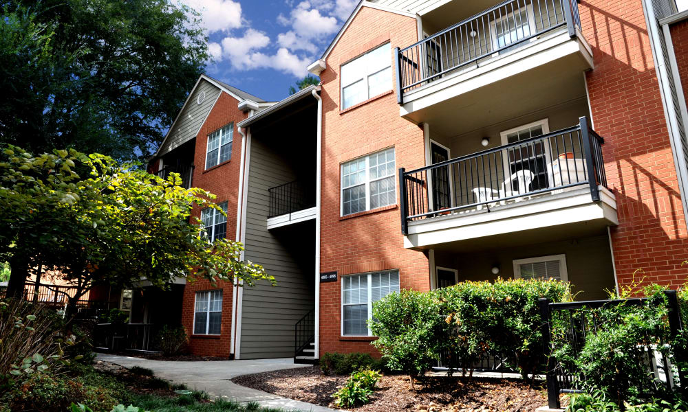 Front view of the Brookwood Valley apartaments