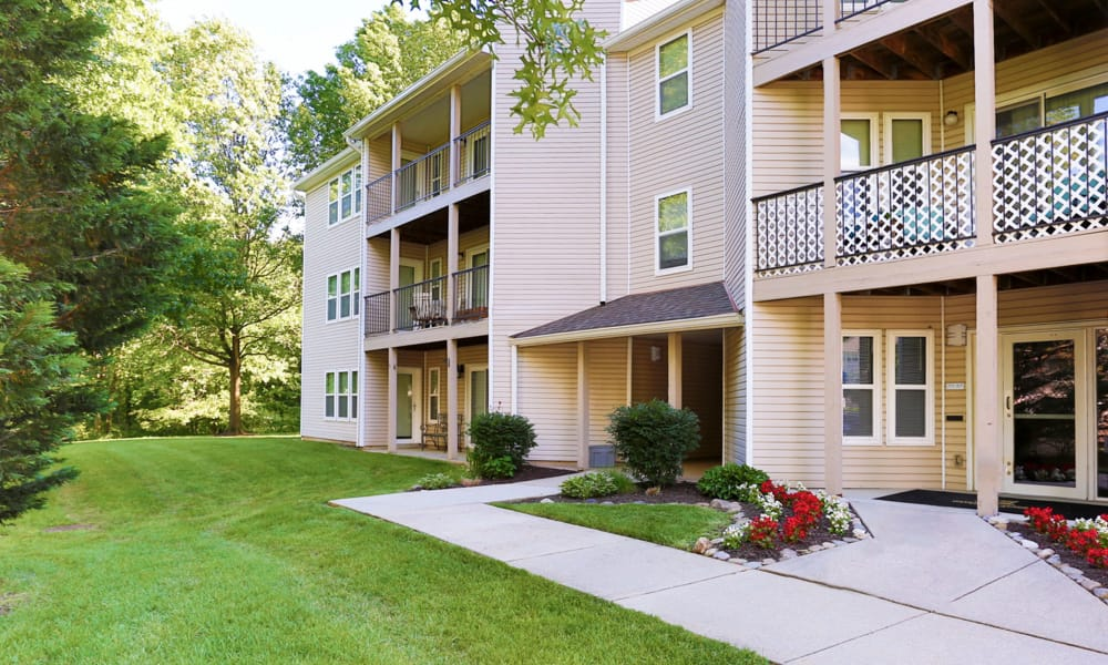 Courtyard and exterior view of the apartments at Gateway Village Apartments in Jessup , MD