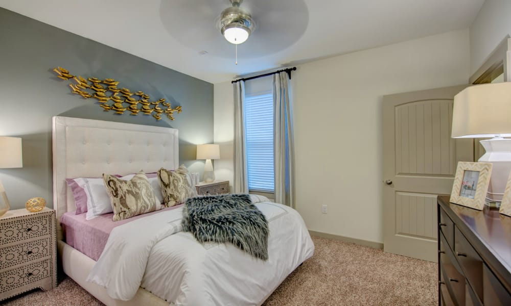 91 Fifty offers a bedroom in Houston, Texas