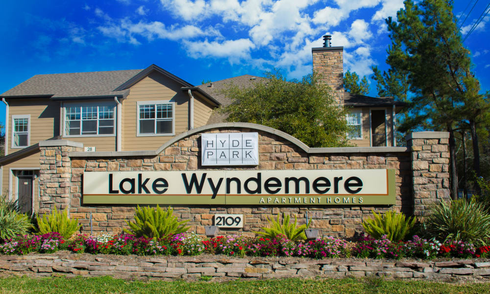 Welcome sign at Hyde Park at Lake Wyndemere in The Woodlands, TX