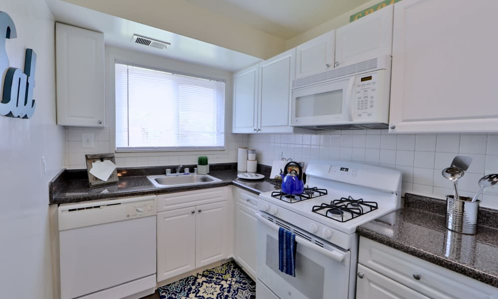 Lovely Kitchen at Lynbrook at Mark Center Apartment Homes in Alexandria, VA