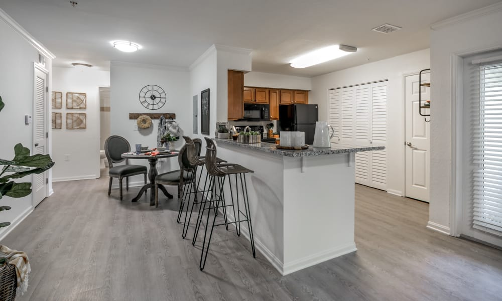 Landmark Apartments Tuscaloosa offers a kitchen with breakfast bar in Tuscaloosa, Alabama