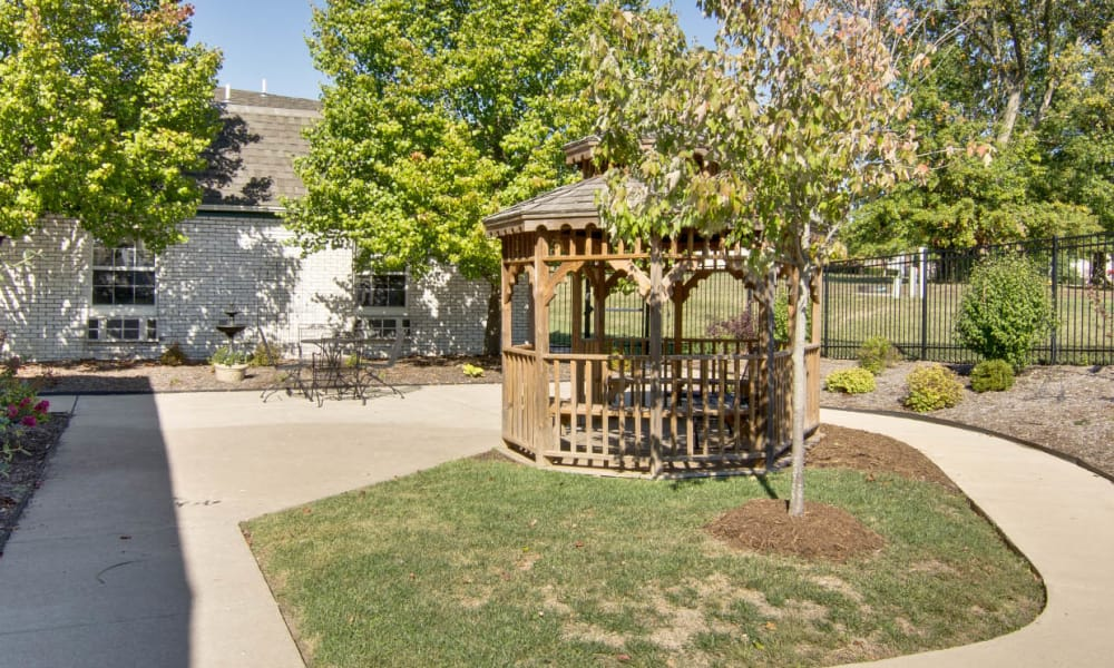 Outdoor patio and walkway at The Arbors at Lakeview Bend in Mexico, Missouri