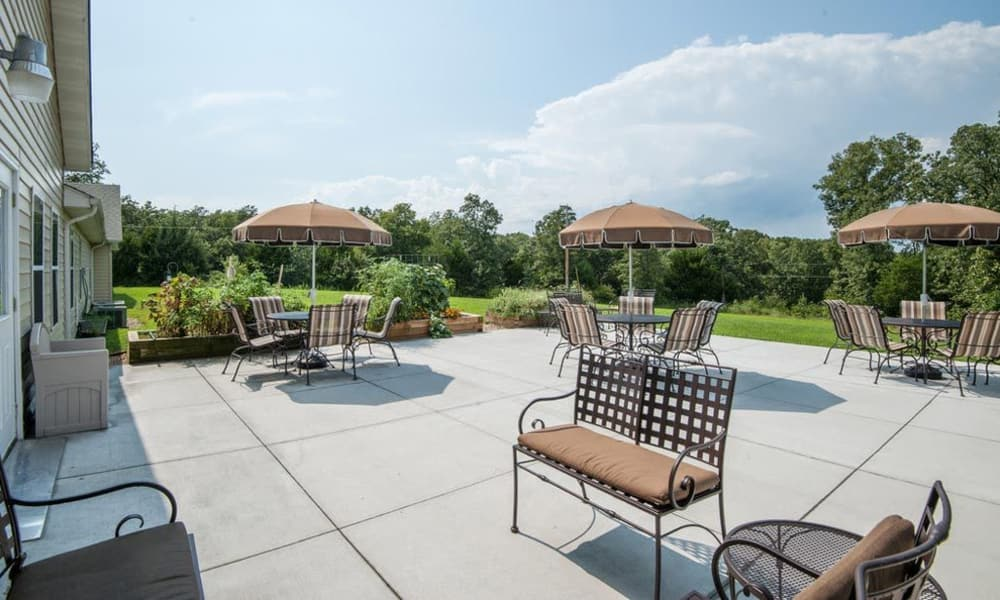 Outdoor patio and dining area at Victorian Place of Owensville in Owensville, Missouri