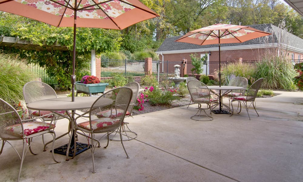 Outdoor seating at South Pointe Senior Living in Washington, Missouri