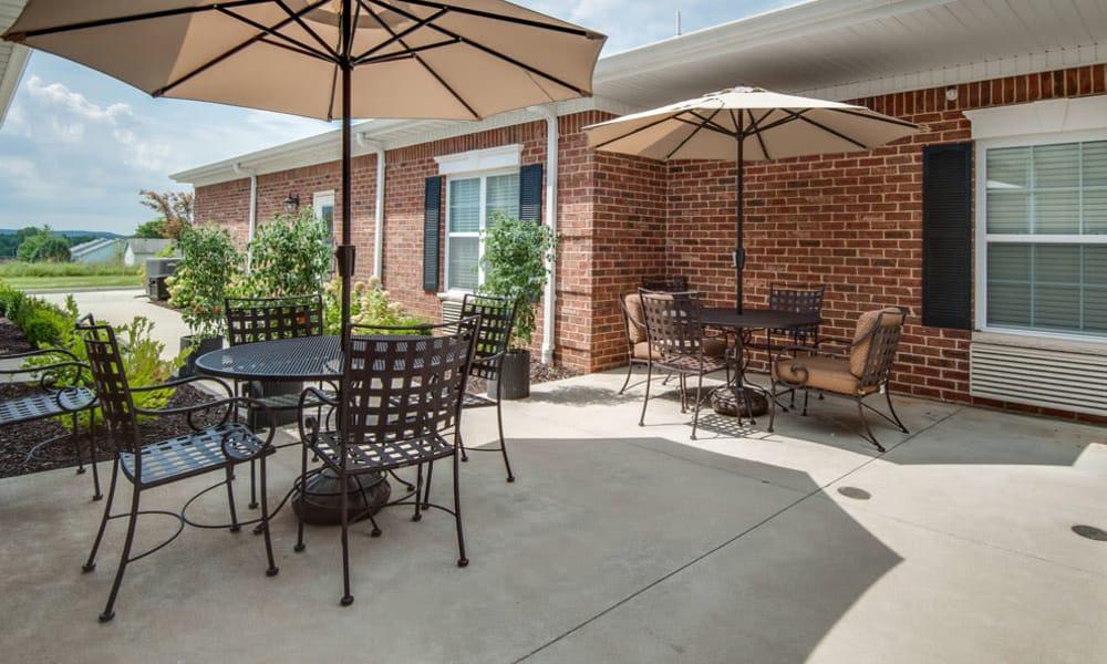 Outdoor sitting area at Maplebrook Senior Living in Farmington, Missouri