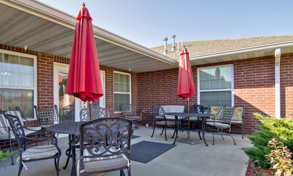 Outdoor seating at Silver Creek Senior Living in Joplin, Missouri