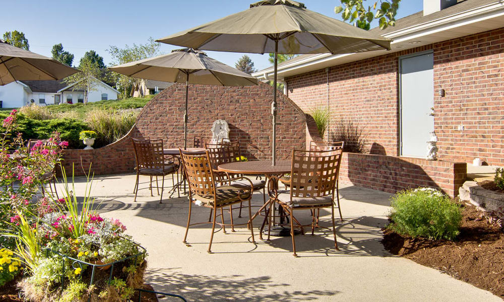 Outdoor sitting area at Ravenwood Senior Living in Springfield, Missouri