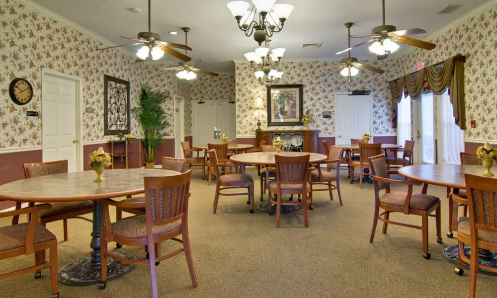 Dining area at the center of Ravenwood Senior Living in Springfield, Missouri
