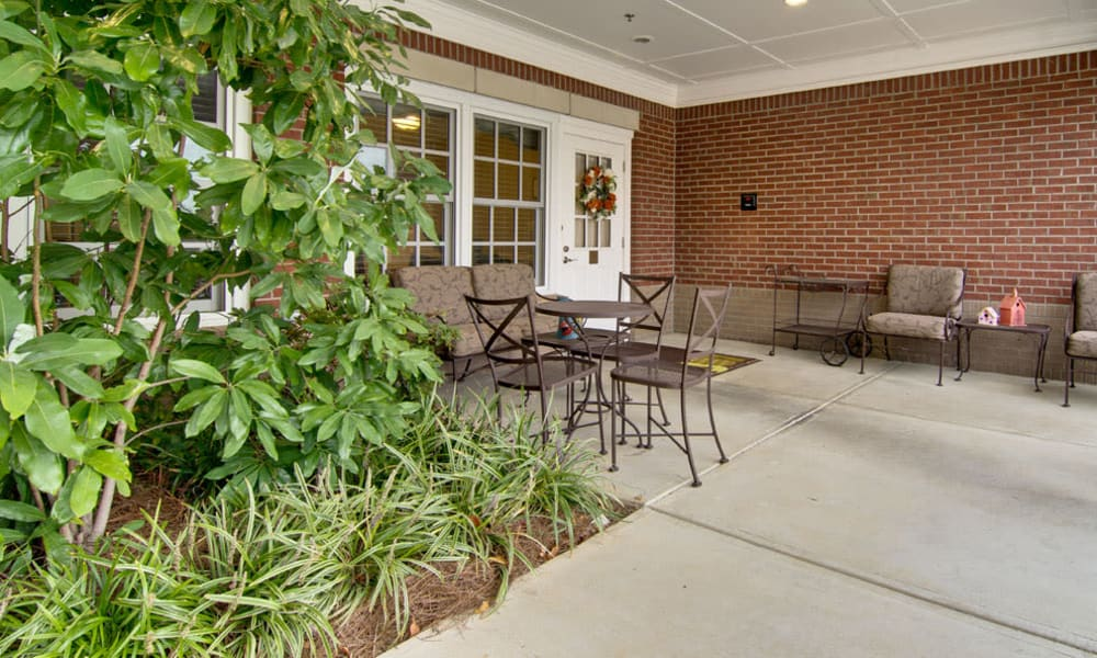 Outdoor sitting area at Schilling Gardens Senior Living in Collierville, Tennessee
