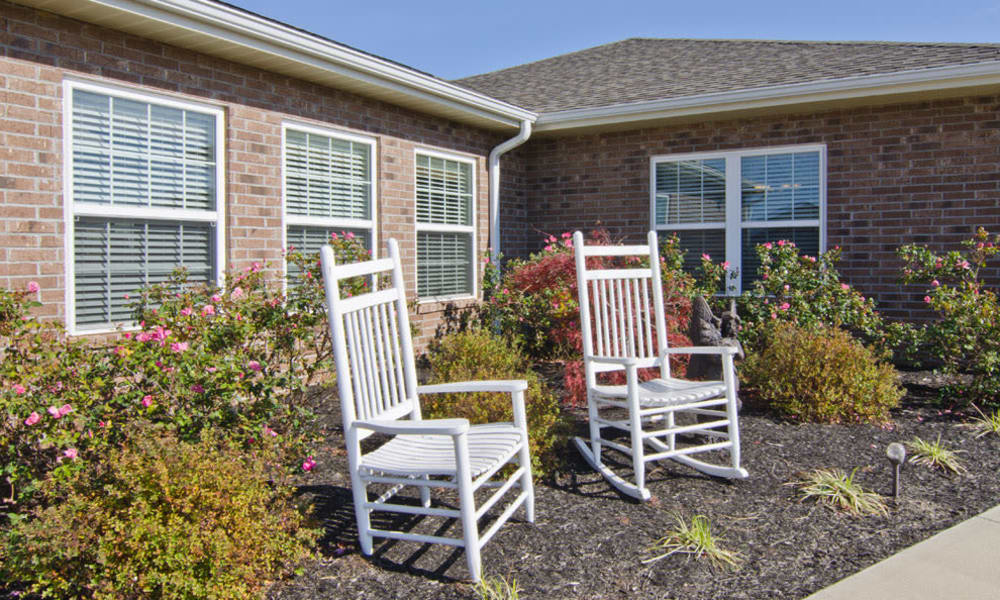 Outdoor seating area at Etheridge House Senior Living in Union City, Tennessee