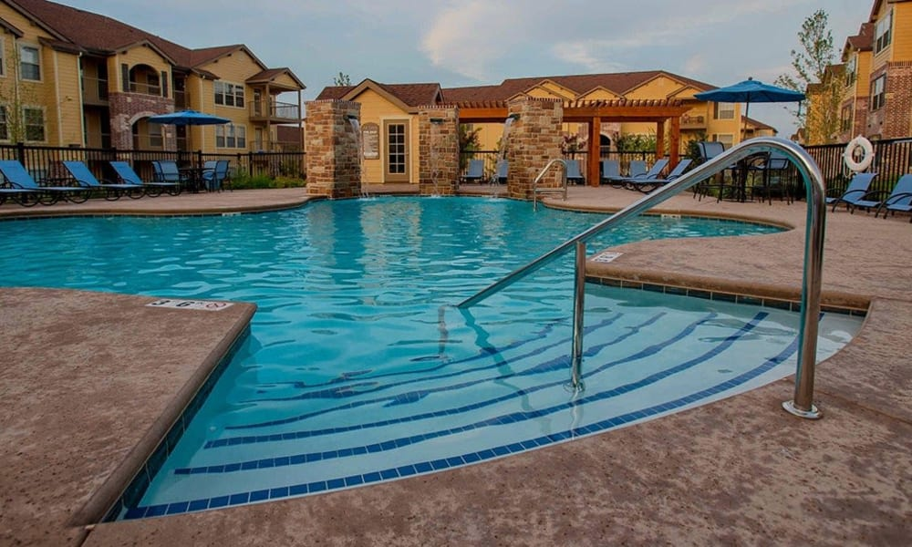 A luxurious pool at Cascata Apartments in Tulsa, Oklahoma