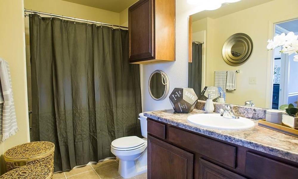 A comfy bathroom at Tuscany Hills in Tulsa, Oklahoma