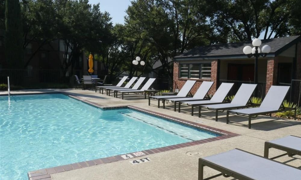Trails of Towne Lake offers a refreshing pool in Irving, Texas