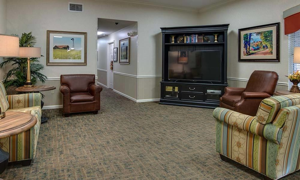 Entertainment room with seating and a tv at The Arbors at Glendale Gardens in Clinton, Missouri