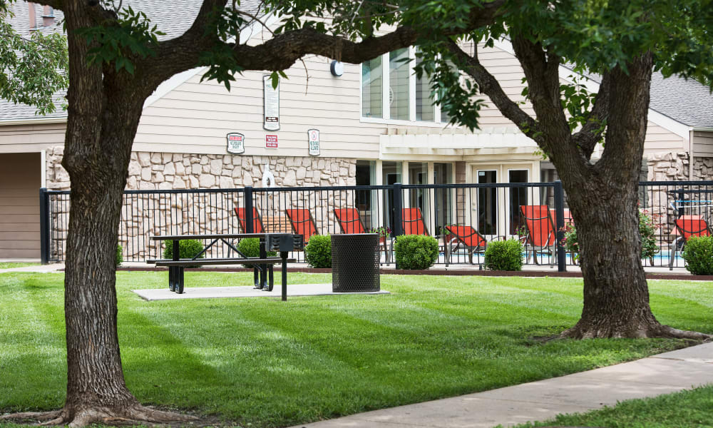 Outdoor seating at Aspen Park Apartments in Wichita, Kansas