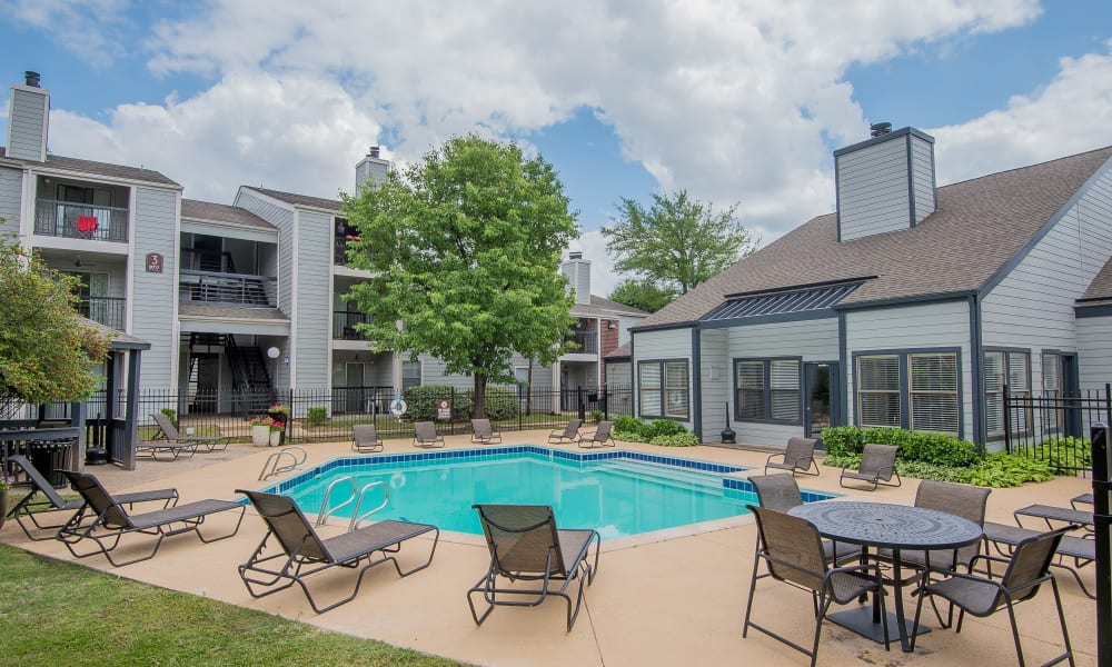 Poolside seating at Cedar Glade Apartments in Tulsa, Oklahoma