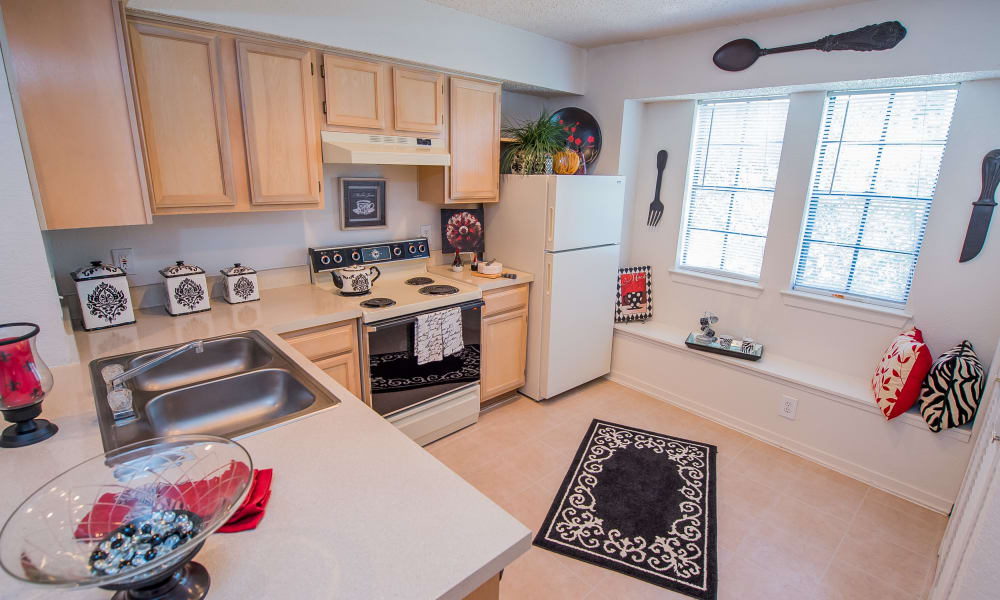 An apartment kitchen at The Trace of Ridgeland in Ridgeland, MS