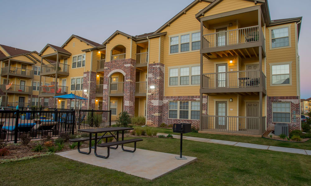 Outdoor seating area at Mission Point Apartments in Moore, Oklahoma