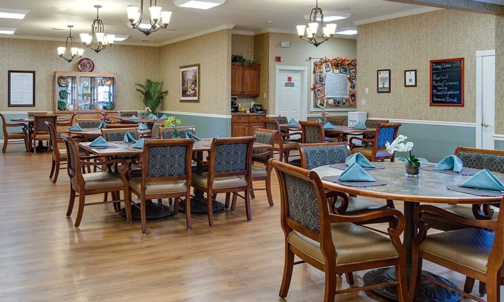 Dining area at the center of Lakewood Senior Living in Springfield, Missouri